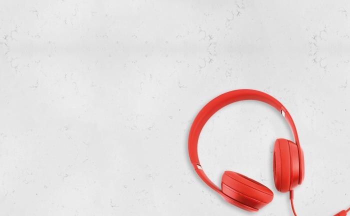 Arenastone Bianco Leggiero – prop shot – headphones