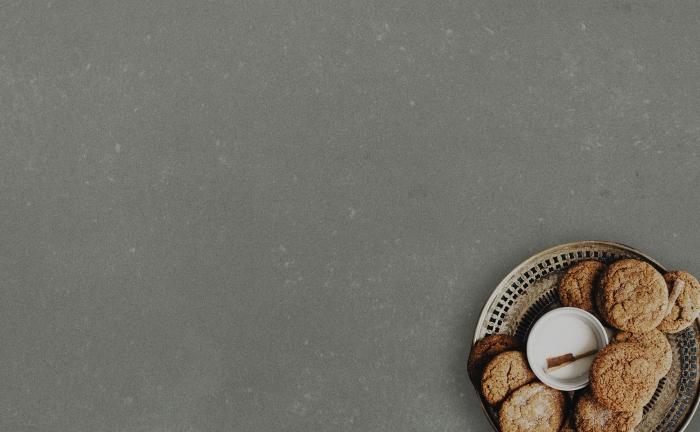 Arenastone Grigio Concreto - cookies on plate